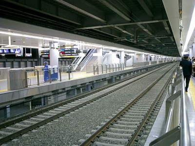 なんつーか新幹線のレール幅が太いので普通に見えますが。