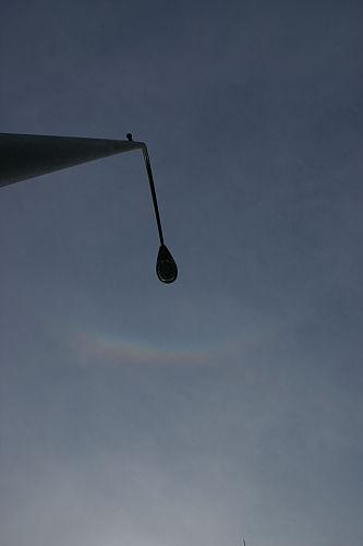 なんか、ふっと上をみるとうっすらと虹が。