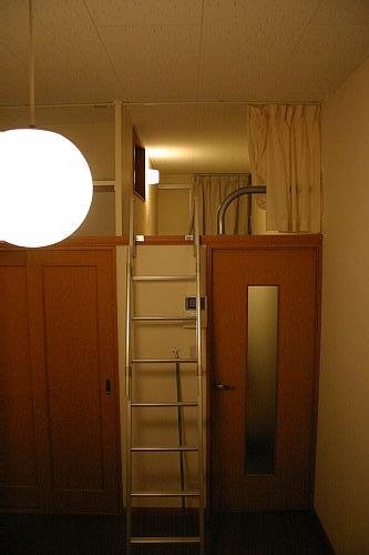 下は玄関と小さなキッチン