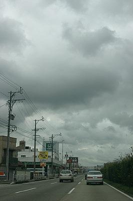 川沿いの店に行くにはかなり不安な天気。
