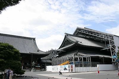 東本願寺。改装中。
