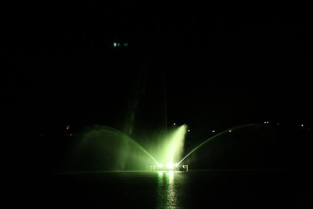 湖のど真ん中のライトアップ噴水。