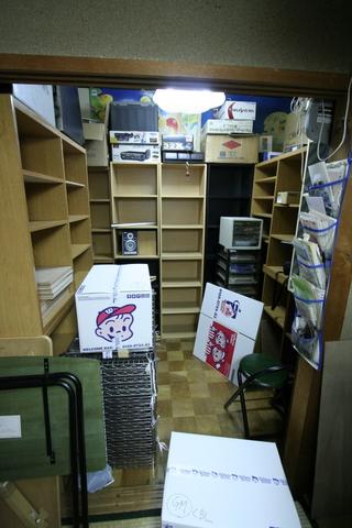 本棚はほぼ空。