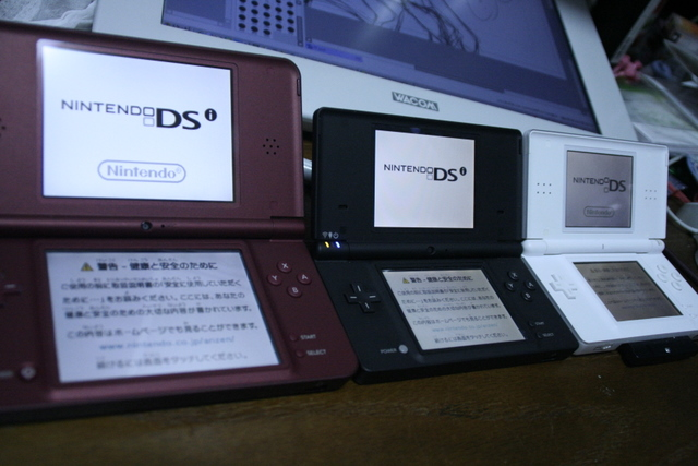 手前からDSiLL、DSi、DSLです。